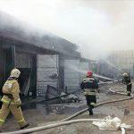 Пожар на площади 500 «квадратов» начался в промзоне в Свердловской области
